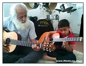 دانلودکلیپ موبایل نوه و پدربزرگ گیتاریست